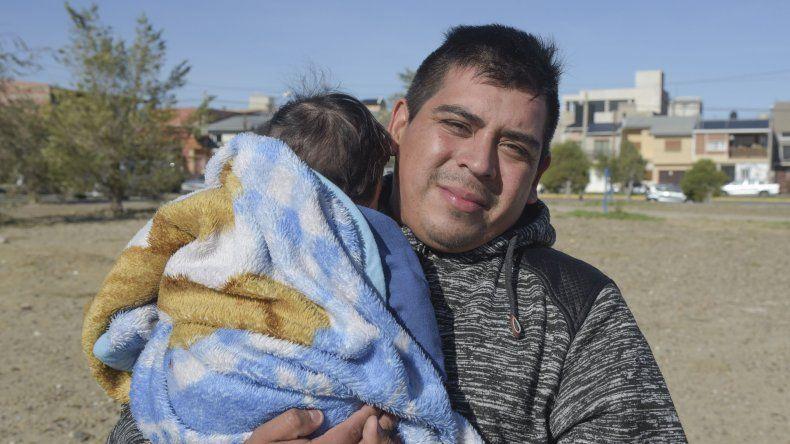 Alejandro Chiguay pide ayuda a la comunidad para poder operar a su hijo de pie zambo en Trelew.