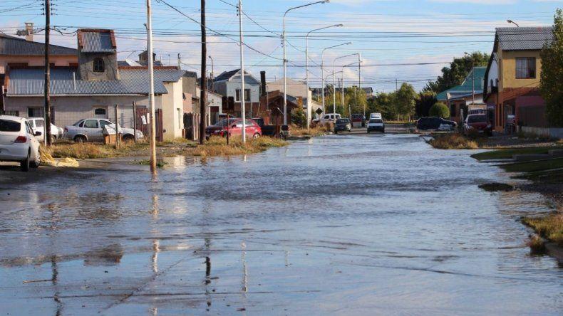 Entre la tarde del miércoles y la madrugada del jueves se registró una precipitación pluvial histórica de 58 milímetros en Río Gallegos y ayer numerosas calles de barrios periféricos continuaban inundadas.