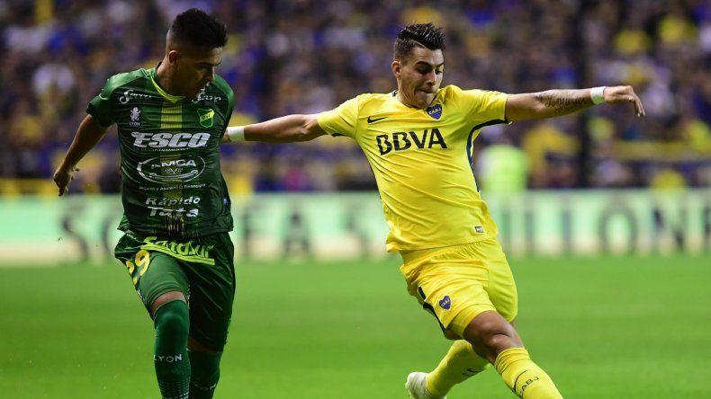 Cristian Pavón se lleva el balón ante la marca de Nicolás Fernández quien en el primer tiempo se retiró lesionado anoche en la cancha de Boca.