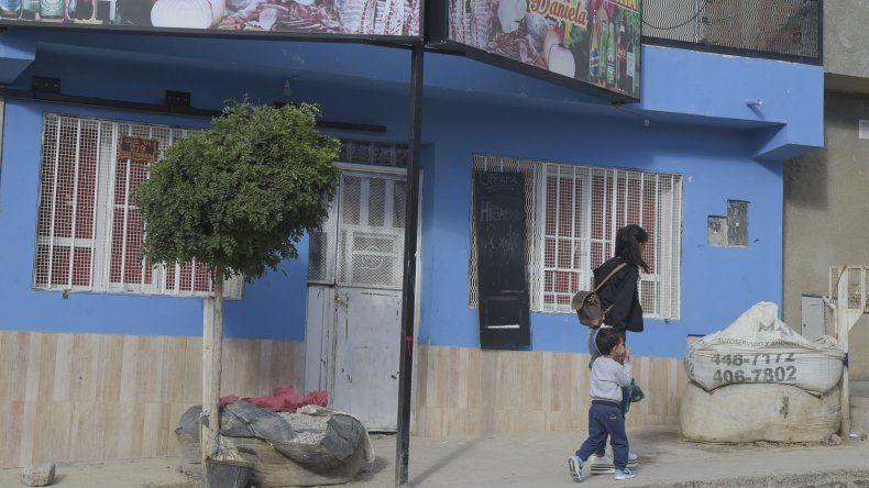 Frente a este comercio ayer se produjo el nuevo homicidio en Comodoro.