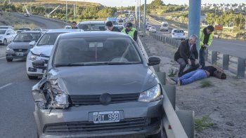 El conductor del VW Gol permaneció tendido en el suelo a la espera de la llegada de la ambulancia tras el triple choque en Kilómetro 4.