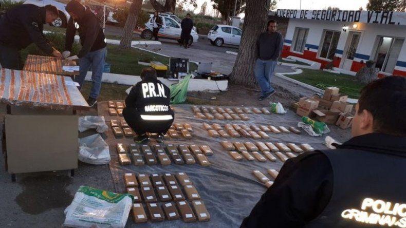 Secuestran más de 120 kilos de droga oculta en bolsas de cemento