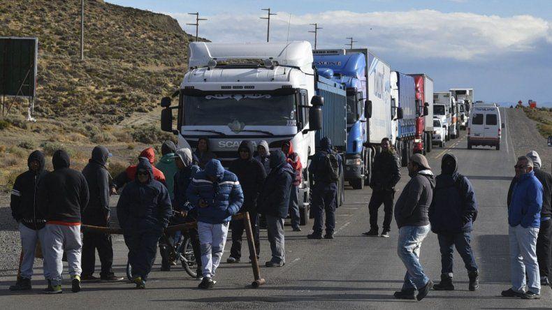 Los ahora exobreros de CPC que quedaron cesantes a partir del 31 de marzo bloquearon ayer la Ruta 3
