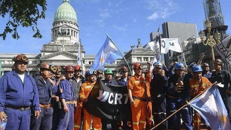 Los trabajadores mineros santacruceños llevaron su protesta hasta la plaza del Congreso de la Nación. El lunes protagonizaron una marcha de antorchas y luego instalaron una carpa informativa.
