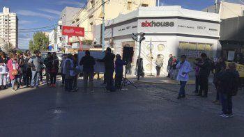 En Pellegrini y San Martín, docentes realizaron una clase pública para manifestarse en contra del pago escalonado de haberes. Hoy se volverán a movilizar por el centro.