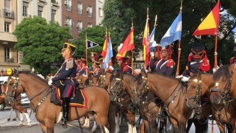 Los Granaderos desfilaron con la bandera de España