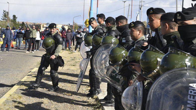 Los gendarmes de un escuadrón antimotines se apostaron de manera intimidante a pocos metros de los obreros desocupados que se resistían a levantar el corte de ruta.