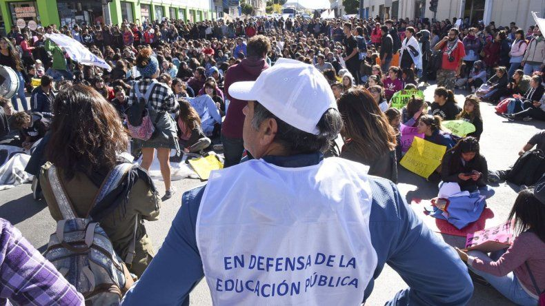 Multitudinaria movilización en defensa del Transporte Educativo Gratuito