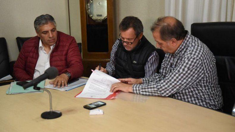 La firma por parte del municipio de la adjudicación de las obras a las empresas ganadoras de la licitación.