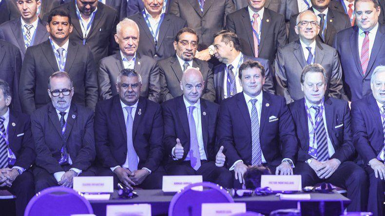 Los dirigentes del fútbol mundial reunidos ayer en un hotel de Puerto Madero donde se realizó el 68° Congreso de la Conmebol.