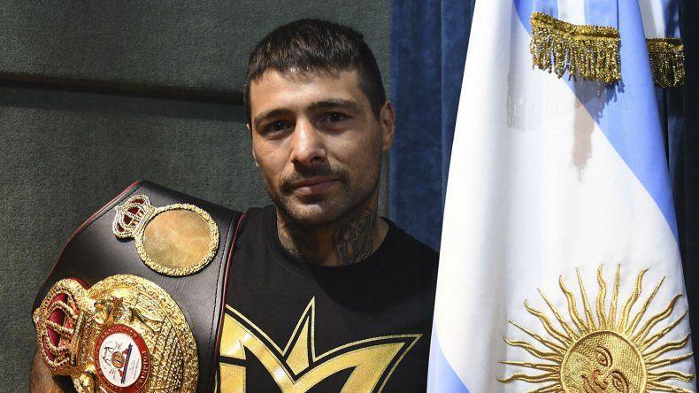 Lucas Martín Matthysse posa con el cinturón de campeón mundial welter y la bandera argentina.