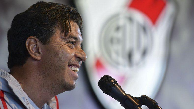 Marcelo Gallardo sonríe en momentos de iniciar la conferencia de prensa que brindó en Ezeiza.