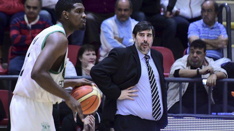 El alero cubano Yoanki Mensia con el balón mientras es observado por Gonzalo García