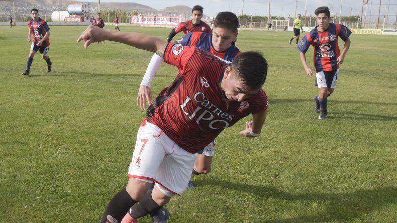 Huracán viene de vencer 2-1 a Unión San Martín Azcuénaga y esta tarde irá por más a la cancha del Deportivo Sarmiento.