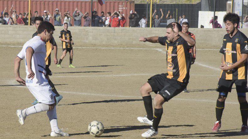 Rada Tilly fue contundente ayer para vencer a Manantiales Behr de Ciudadela y afianzarse como único líder del torneo Inicial B de fútbol.