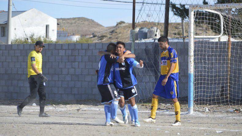 Los muchachos de Caleta Córdova festejan uno de los goles que le marcaron ayer a Talleres.