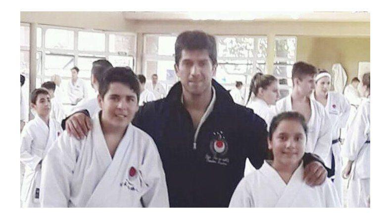 Gianfranco Olea –der– y Dafne Gómez junto al profesor Lucas Manrique. Los jóvenes representarán a la Argentina en el Panamericano de Perú.