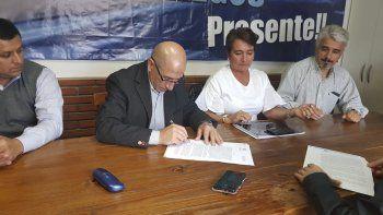 José Llugdar, secretario general del Sindicato de Petroleros Jerárquicos, firmó un acuerdo para construir un nuevo plan de viviendas en Río Gallegos.