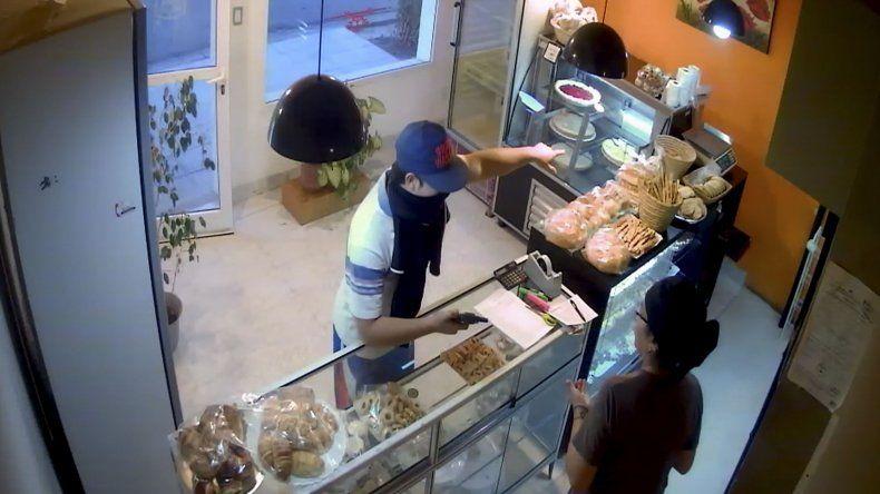 El asaltante de la panadería tenía puesta una camiseta del Club Ciudadela y sería el mismo que golpeó a un policía.