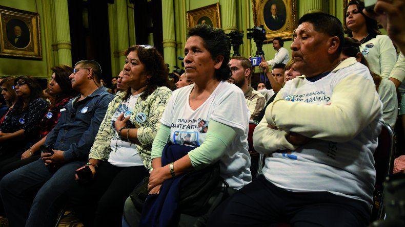 Familiares de los tripulantes desaparecidos cuestionan duramente al ministro de Defensa
