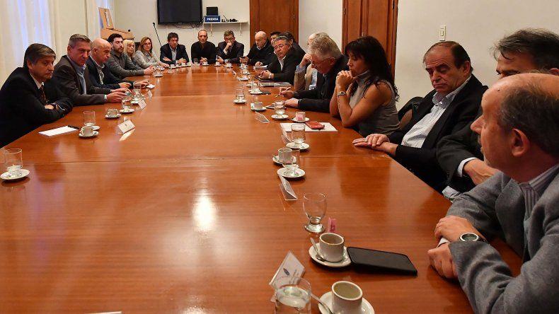 Arcioni reunió a partidos políticos y bloques legislativos para superar la crisis