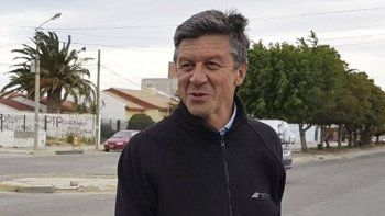 Gustavo Menna recibió cuestionamientos de sus pares de Chubut por no dar quórum para impedir el nuevo ajuste en las tarifas que impulsan Macri y Aranguren.