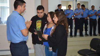 Familiares del comisario mayor post-mortem Néstor Javier Chávez reciben el acta de designación de su nombre al Area de Asuntos Internos de la Jefatura Policial.
