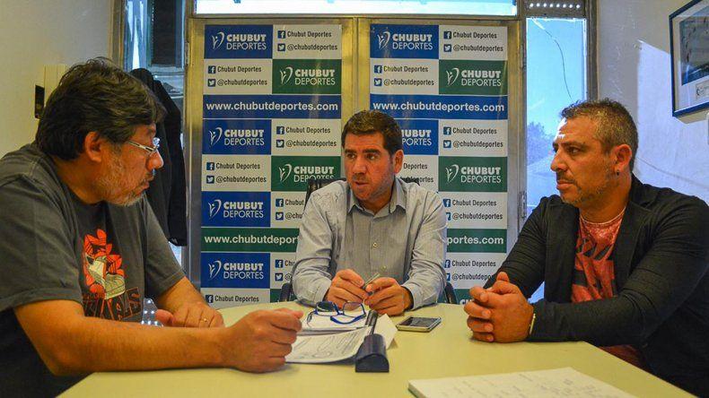 Gustavo Camino y Maximiliano Gatti junto a Walter Ñonquepán de Chubut Deportes.
