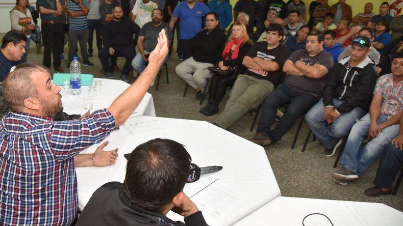 La seria problemática social y laboral que estalló en el ámbito de los choferes de alquiler volvió a ser debatida el viernes en el Centro de Taxis con la presencia del intendente Facundo Prades.