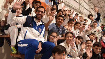 El campeón olímpico de taekwondo, Sebastián Crismanich, rodeado de niños de diferentes localidades patagónica que practican este arte marcial y ayer fueron evaluados en el gimnasio del barrio Gobernador Gregores de Caleta Olivia.