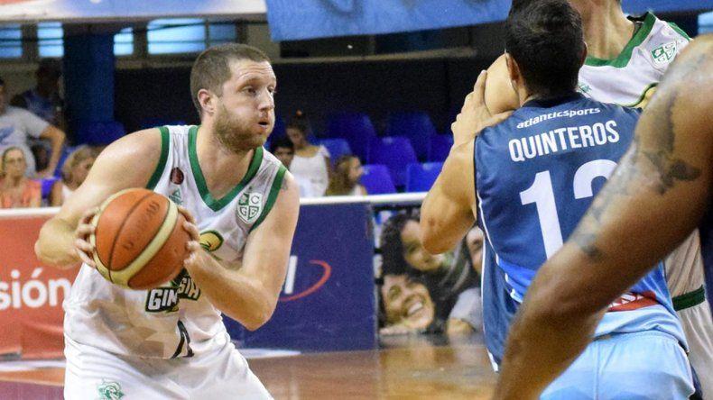 Juan Manuel Rivero con el balón recibe una cortina de Daniel Hure quien es tomado por Paolo Quinteros en el partido jugado el 16 de febrero en Corrientes.