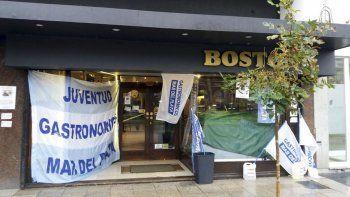 los trabajadores de la boston repartieron medialunas y cafe gratis como protesta