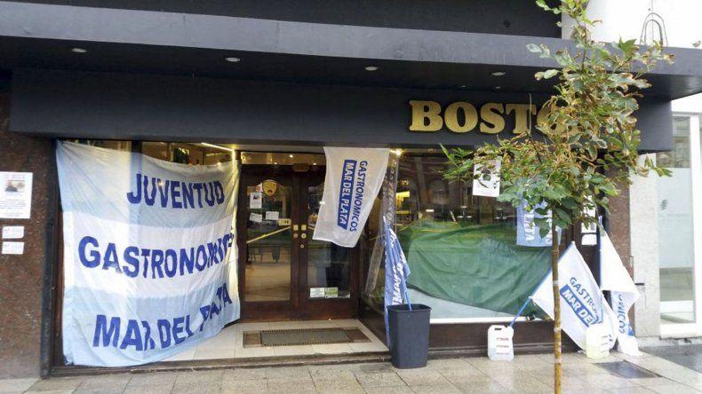 Los trabajadores de la Boston repartieron medialunas y café gratis como protesta
