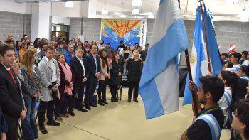 En la ceremonia central se entonó el Himno Nacional Argentino y se escucharon los discursos de los funcionarios.