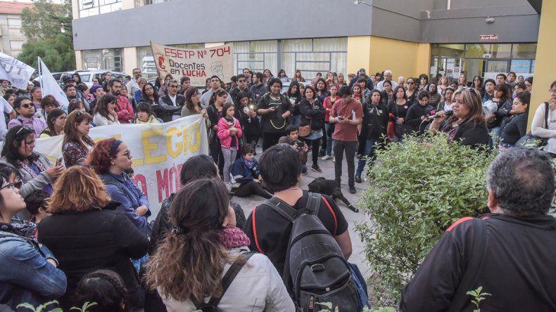 Los docentes continúan movilizados en su demanda de cobrar en fecha y sin cuotas.