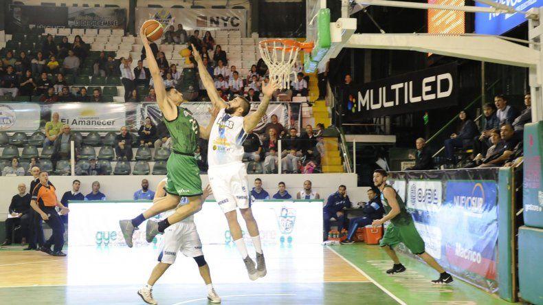 Franco Giorgetti vuela hacia el aro para volcarla luego de una gran asistencia del base uruguayo Gustavo Barrera.