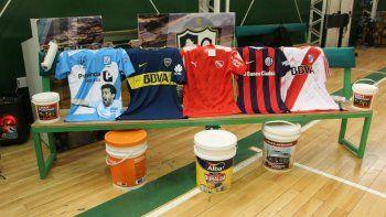 Los cinco grandes del fútbol argentino y la Selección nacional decidieron donar camisetas firmadas para el Comodoro Solidario.