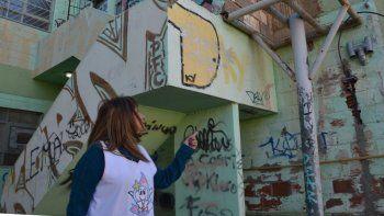 La directora de la Escuela N° 65, Mirta Pérez, muestra la estructura metálica donde estuvo apoyado el tanque de agua que robaron individuos inescrupulosos.
