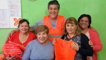 Uno de los referentes de Coopetax, Félix Aparicio (centro), acudió a la sede de la Supervisión de Tránsito y Transporte para entregar 37 chalecos reflectivos.