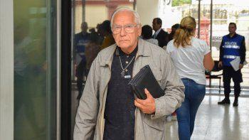 El sacerdote Aurelio Batello se retira luego de haber declarado en el juicio contra Ilarraz.