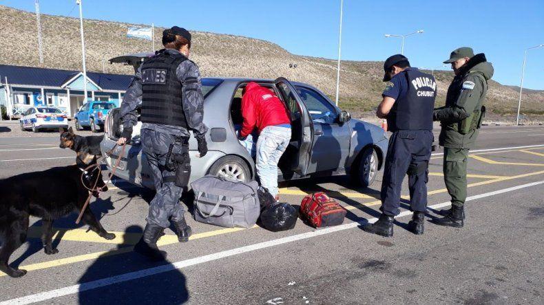 La sargento Carrizo guía a Merab en la búsqueda de droga.