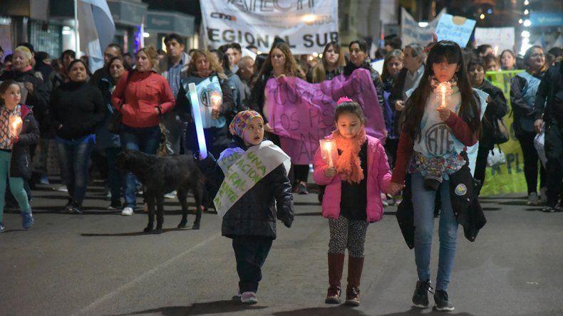 Cientos de personas marcharon ayer en rechazo del pago escalonado de haberes y la eliminación del TEG.