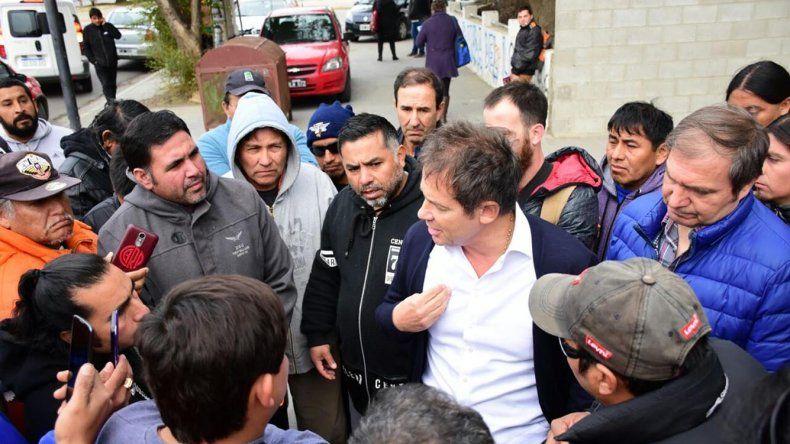Exobreros de CPC interceptaron al senador Eduardo Costa y le recriminaron por sus dichos sobre gestiones de pago de la liquidación final y subsidios