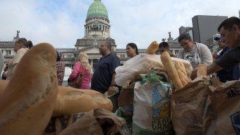 panaderos regalan pan frente al congreso  para protestar contra la suba de tarifas