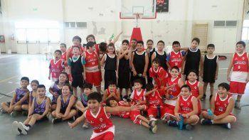 El sábado en el corazón del barrio Pietrobelli, los clubes Savio y Municipal Pueyrredón llenaron de color y básquet la jornada.