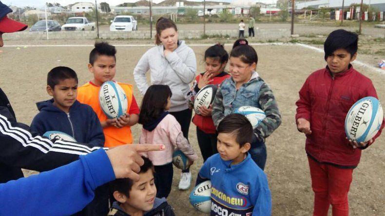 Los chicos comenzaron a disfrutar del programa Probá Rugby que coordina la Unión Austral en conjunto con Comodoro Deportes.