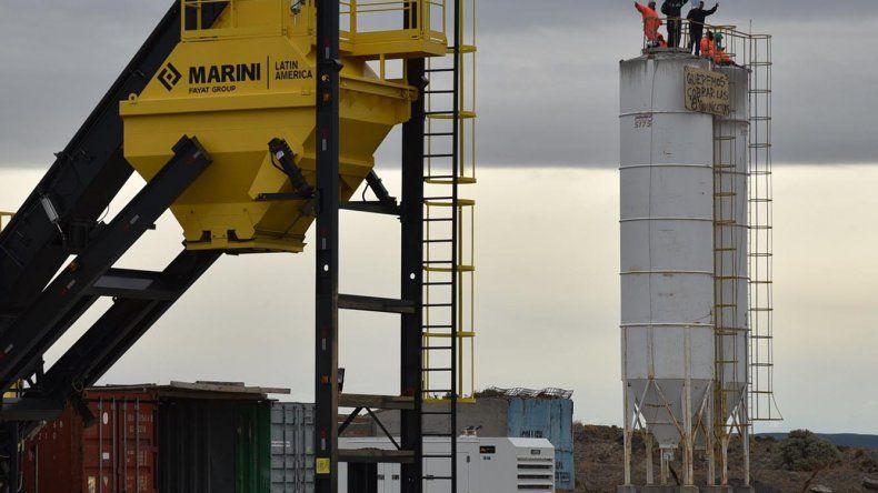 Seis obreros desocupados de la construcción adoptaron la temeraria decisión de treparse a uno de los silos cementeros en el inactivo obrador de la empresa CPC.