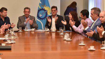Arcioni acordó políticas ambientales con un grupo de intendentes.