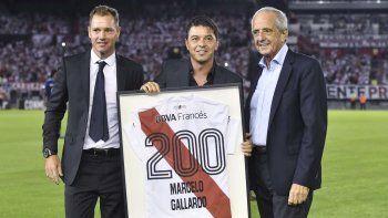 El presidente de River Rodolfo DOnofrio y el vice primero Jorge Brito le hicieron entrega a Marcelo Gallardo de un cuadro con una camiseta del Milloy sus 200 partidos como DT del club de Núñez.