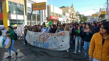 Alrededor de 300 manifestantes marcharon en defensa de la educación pública